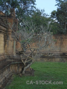 Banteay samre temple buddhist siem reap stone grass.