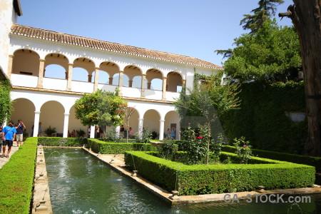 Hedge la alhambra de granada pond garden fortress.