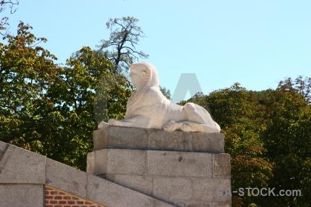 Parque del retiro lion madrid animal statue.