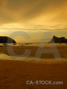 Phi phi island sunset sky tropical loh dalam bay.