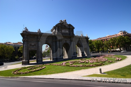 Plaza independencia grass monument road archway.