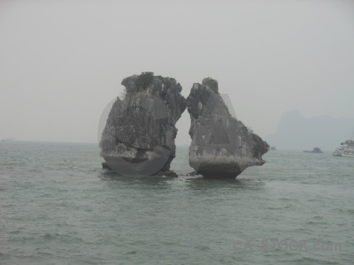Sky island sea vinh ha long kissing islands.