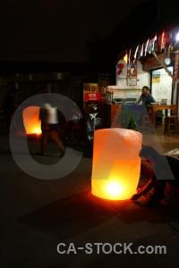 Street person loi krathong yi peng lantern.