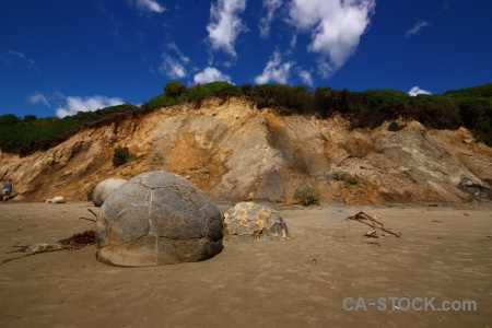 Tree rock cloud moeraki boulders spherical.