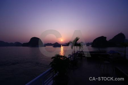 Vinh ha long silhouette sunrise mountain limestone.