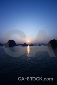 Vinh ha long sunset water unesco cliff.