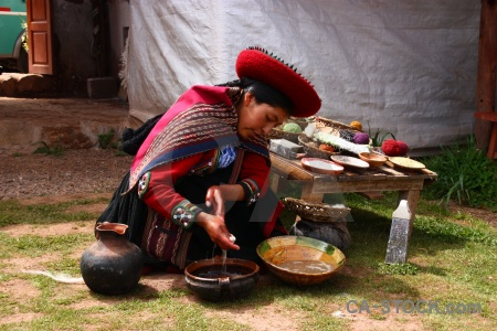 Woman hat peru pot chinchero.